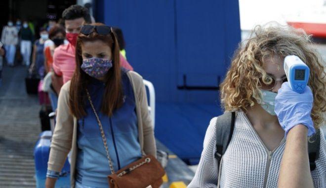 Υγειονομικοί έλεγχοι κατά την έξοδο επιβατών που επιστρέφουν από καλοκαιρινές διακοπές