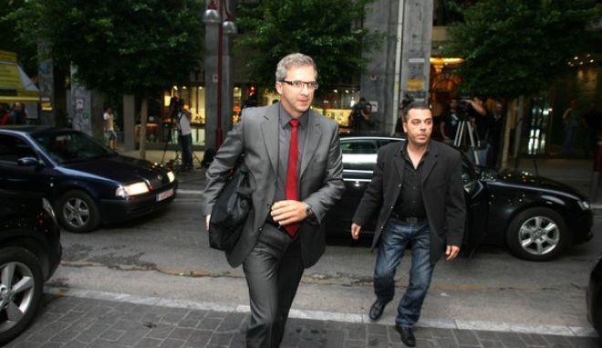 Ο Κλάους Μαζούχ κατα την είσοδο του στο υπουργείο για τη συνάντηση των επικεφαλής της τρόικας και του υπουργού Οικονομικών Γιάννη Στουρνάρα την Πέμπτη 11 Οκτωβρίου 2012.  Στο επίκεντρο των επαφών βρέθηκαν τα νέα μέτρα ύψους 11,5 δισ., τα οποία η ελληνική κυβέρνηση επιδιώκει να «κλειδώσει» πριν από τη Σύνοδο Κορυφής.  Μέχρι τότε θα πρέπει να υλοποιήσει την πλειοψηφία των 89 διαρθρωτικών μεταρρυθμίσεων που αποτελούν προαπαιτούμενα από την τρόικα προκειμένου να δώσουν το «πράσινο φως» για την εκταμίευση των 31,5 δισ. ευρώ.  (EUROKINISSI/ΤΑΤΙΑΝΑ ΜΠΟΛΑΡΗ)