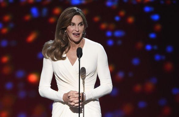 H Caitlyn Jenner δέχεται το βραβείο