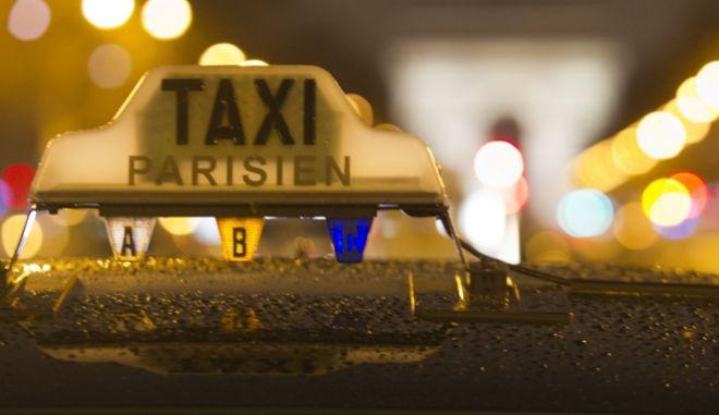 """""""Καπέλο"""" από όχημα ταξί στη γαλλική πρωτεύουσα, Παρίσι"""