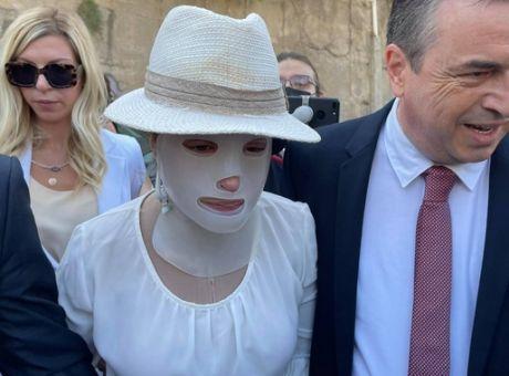 Επίθεση με βιτριόλι: Η γενναία Ιωάννα Παλιοσπύρου έφτασε στο δικαστήριο - Συγκλονιστική εικόνα