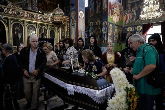 Πλήθος κόσμου και συγκίνηση στην κηδεία του σπουδαίου καλλιτέχνη