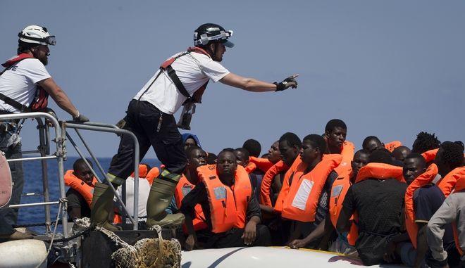 Επιχείρηση διάσωσης μεταναστών σε λέμβο στα νερά της Μεσογείους (Φωτό Αρχείου)