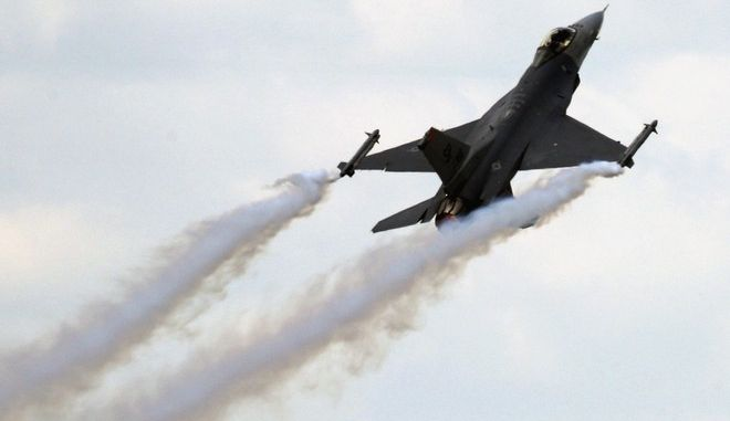 An U.S air Force F16 is takes off during its exhibition flight at the 48th Paris Air Show in Le Bourget airport , north of Paris. Tuesday June 16, 2009. (AP Photo/Jacques Brinon)