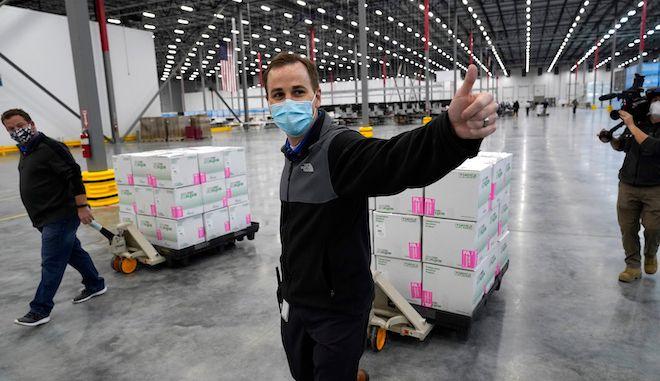 Κουτιά που περιέχουν το εμβόλιο κατά της COVID-19 της Moderna ετοιμάζονται να αποσταλούν σε κέντρο διανομής, 20 Δεκεμβρίου 2020.