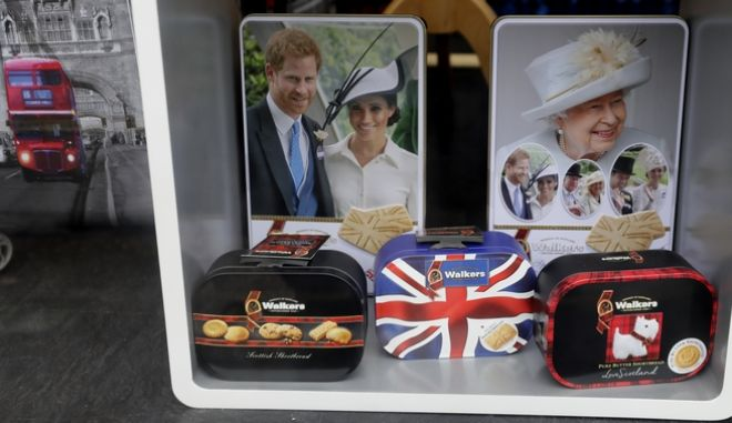 Κουτιά με μπισκότα διακοσμημένα με φωτογραφίες της Βασίλισσας Ελισάβετ, του Χάρι και της Μέγκαν