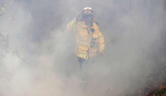 Πυροσβέστης επιχειρεί σε φωτιά στην Αυστραλία.