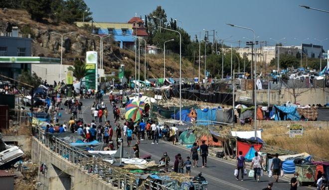 Τέταρτη ημέρα στους δρόμους πρόσφυγες και μετανάστες μετά την καταστροφή του ΚΥΤ της Μόριας