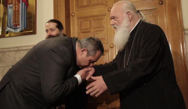 Ο πρόεδρος των ΑΝΕΛ Πάνος Καμμένος ασπάζεται το χέρι του Αρχιεπισκόπου Ιερώνυμου κατά παλαιότερη συνάντηση τους