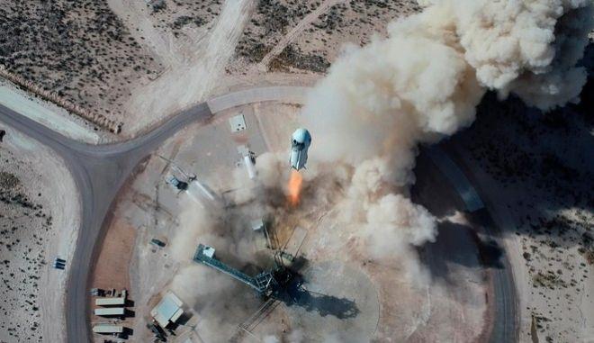 H απογείωση του διαστημοπλοιου που έστειλε τον Τζεφ Μπέζος στο διάστημα.