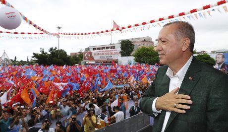 O Recep Tayyip Erdogan σε ομιλία του, στη Σαμψούντα, στις 18/6 (Presidency Press Service via AP, Pool)
