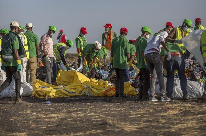 Διασώστες περισυλλέγουν αντικείμενα από το σημείο της συντριβής του boeing της Ethiopian Airlines
