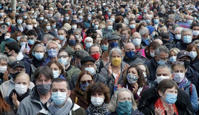 Πολύς κόσμος στο δρόμο για να διαμαρτυρηθεί για την κτηνωδία