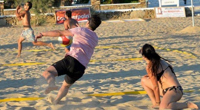 Ο Σάκης Ρουβάς έπαιξε beach volley στην Ίο