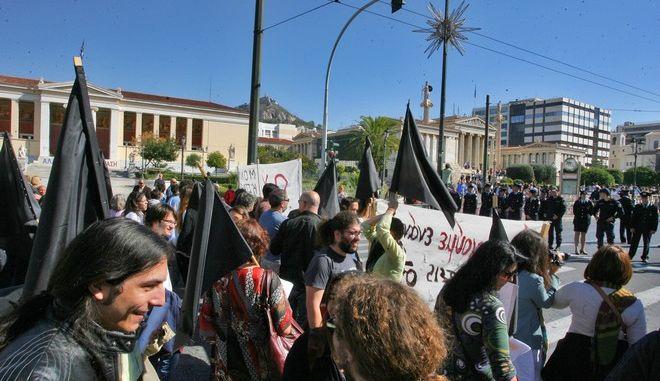Συγκέντρωση διαμαρτυρίας την Δευτέρα 28 Οκτωβρίου 2013, στα Προπύλαια από τους διοικητικούς υπαλλήλους των πανεπιστημίων  (EUROKINISSI/ΤΑΤΙΑΝΑ ΜΠΟΛΑΡΗ)