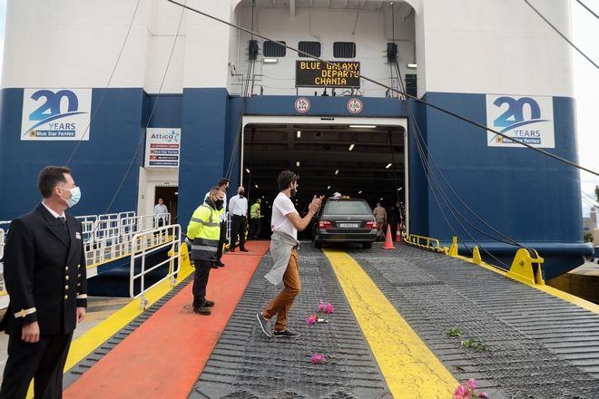 Το όχημα με την σορό του Μίκη Θεοδωράκη ανεβαίνει στο πλοίο για Χανιά