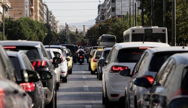 Αυτοκίνητα στον δρόμο.