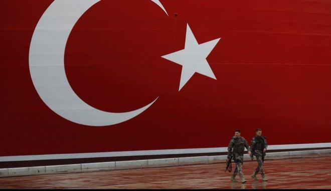 Τούρκοι αστυνομικοί περιπολούν στο λιμάνι του Ντιλόβασι