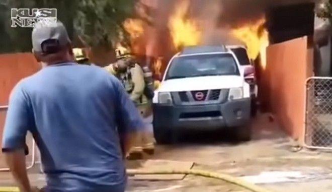 Στιγμιότυπο από το φλεγόμενο σπίτι και την έφοδο του άνδρα για να σώσει το σκυλί του