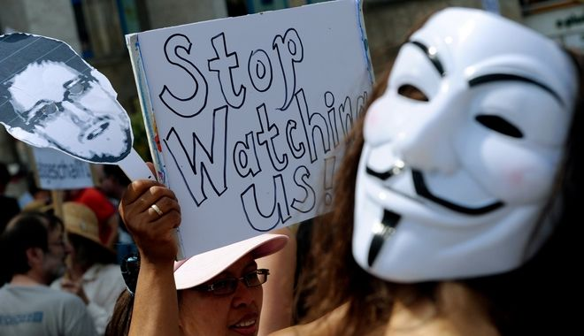 Διαδηλωτές ενάντια στην υποτιθέμενη επιτήρηση της NSA στη Γερμανία κατά τη διάρκεια ενός αγώνα στο Αννόβερο της Γερμανίας, 27 Ιουλίου 2013.