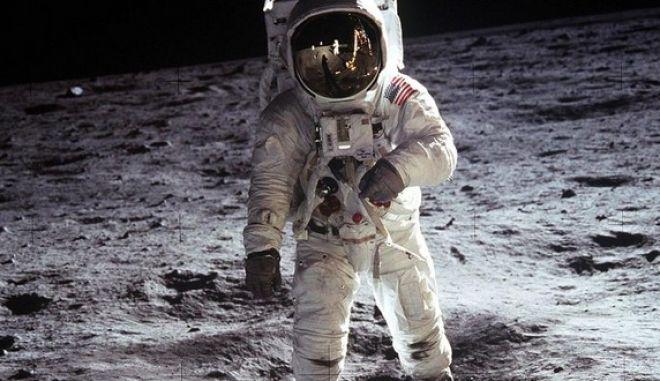 Η Ρωσία αμφισβητεί ότι Αμερικανοί αστροναύτες πάτησαν στη Σελήνη και ζητά διεθνή έρευνα