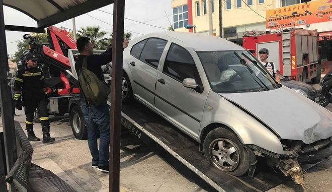 Τροχαίο δυστύχημα στη Μεταμόρφωση: Αυτοκίνητο καρφώθηκε σε στάση - Ένας νεκρός, τρεις τραυματίες