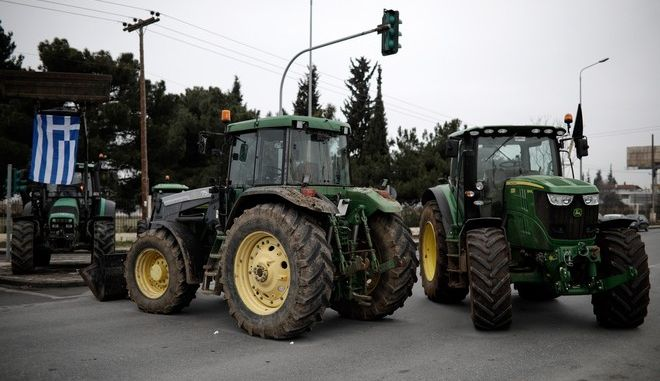 Farmers block the road next to Thessaloniki International Airport, protesting about hikes in taxes, gas prices and social security contributions in Thessaloniki, Greece on January 31, 2017. /         , , 31  2017.