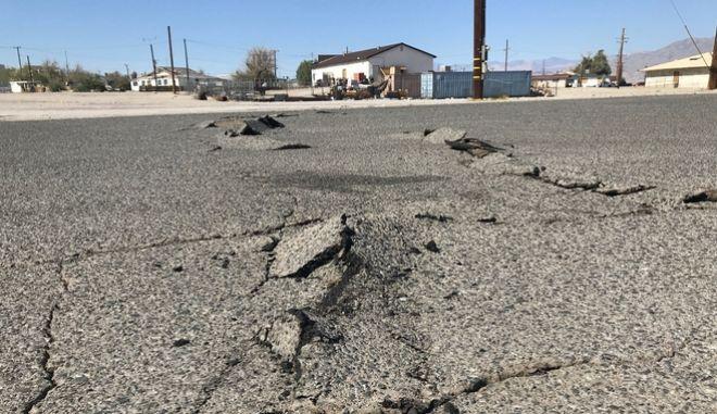 Κατεστραμμένος δρόμος στην Καλιφόρνια μετά τον σεισμό