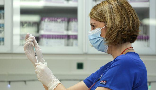 Στιγμιότυπο από τον εμβολιασμό κατά του κορονοϊού στην χώρα μας