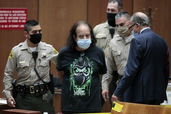 Ο Ρον Τζέρεμι στο δικαστήριο με την κατηγορία του βιασμού (Robert Gauthier/Los Angeles Times via AP, Pool)