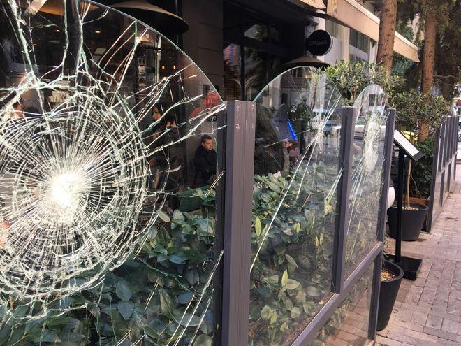Αντιεξουσιαστές τα έκαναν γυαλιά- καρφιά στην Ερμού- 'Θα ισοπεδώσουμε την πόλη'