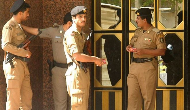 Saudi police stand  guard outside the apartment building that Saudi security forces raided in the Red Sea city of Jiddah, Sunday, March, 13, 2005. Saudi police killed a suspect Islamic militant and arrested three others in a shootout Sunday on a suspected terror cell hideout in the city. (AP Photo)