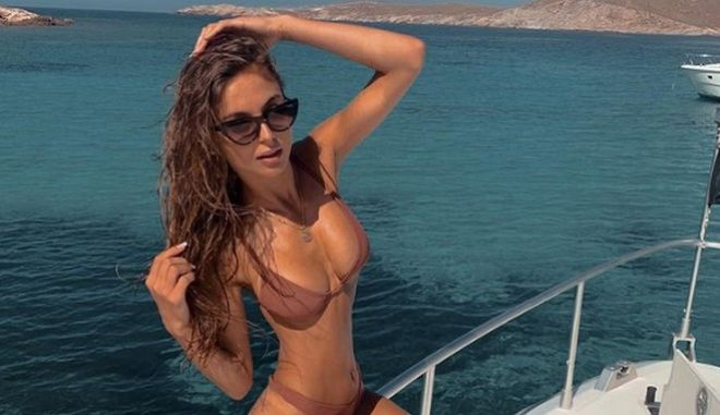 Bachelor: Η Μαρίνα ποζάρει topless μπροστά στον καθρέφτη της