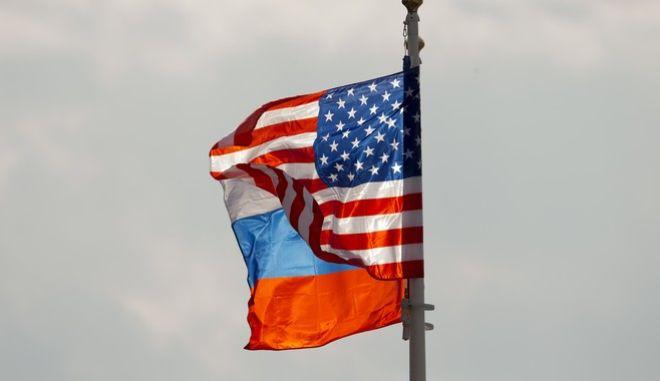 H αμερικανική και η ρωσική σημαία ανεμίζουν στο αεροδρόμιο της Μόσχας