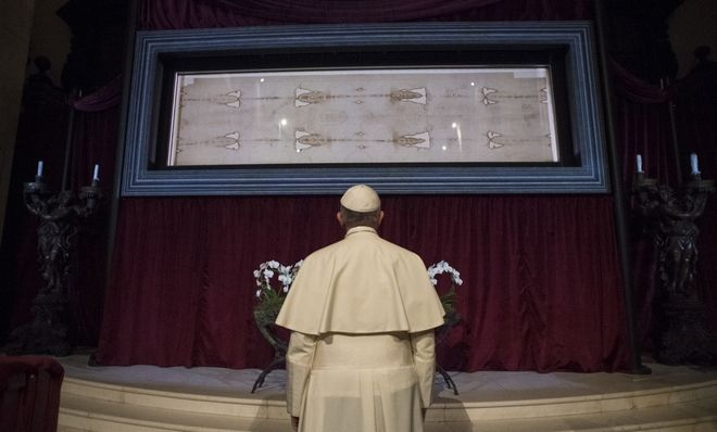 Ο Πάπας Φραγκίσκος στέκεται μπροστά από την Ιερά Σινδόνη