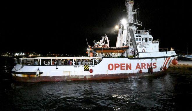 Το πλοίο Open Arms με μετανάστες στο νησί Λαμπεντούζα τον Αύγουστο του 2019
