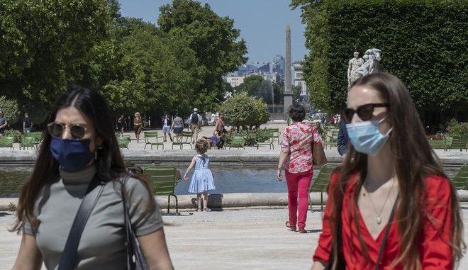 Άνθρωποι περπατούν στο Παρίσι