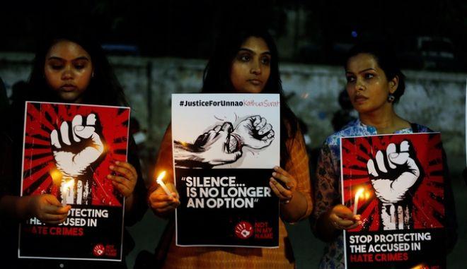 καρέ από διαδήλωση στην Ινδία κατά της σεξουαλικής κακοποίησης