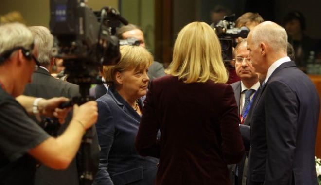 Ο Πρωθυπουργός Γιώργος Παπανδρέου  με τη Γερμανίδα Καγκελάριο Ανγκελα Μέρκελ στην Άτυπη Σύνοδος Κορυφής της ΕΕ και Σύνοδο Κορυφής της Ευρωζώνης, στις Βρυξέλλες, Τετάρτη 26 Οκτωβρίου 2011. (EUROKINISSI // Β. ΦΙΛΗΣ)