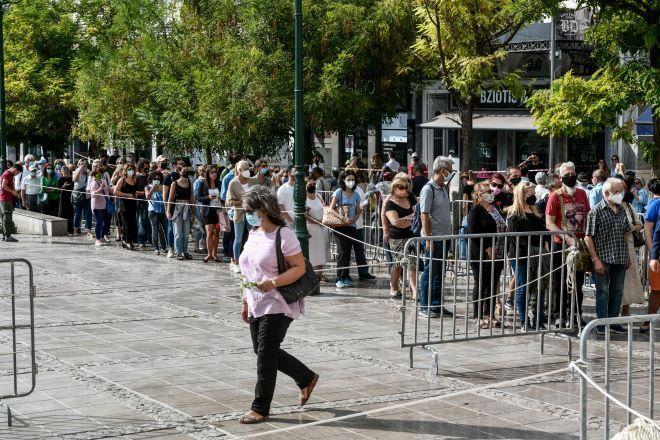 Δεύτερη ημέρα του λαϊκού προσκυνήματος, στη σορό του Μίκη Θεοδωράκη, στην Μητρόπολη Αθηνών Τρίτη 7 Σεπτεμβρίου 2021.