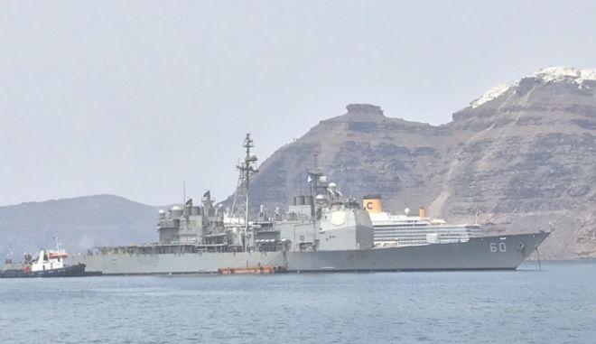 Ο Τζέφρι Πάιατ στο καταδρομικό USS Normandy, με φόντο την Καλντέρα