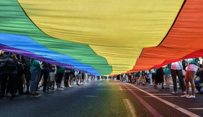 "Athens Pride ή Φεστιβάλ Υπερηφάνειας της Αθήνας 2017 στην πλατεία Συντάγματος το Σάββατο 10 Ιουνίου 2017. Το Φεστιβάλ με κεντρικό σύνθημα ""Θέμα Παιδείας"" επιχειρεί να αναδείξει τη σημασία των ζητημάτων που αντιμετωπίζει η LGBTQI κοινότητα.  (EUROKINISSI/ΛΥΔΙΑ ΣΙΩΡΗ)"