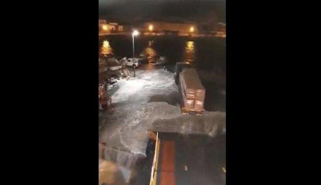 """Εντυπωσιακό βίντεο: Τα κύματα """"έπνιξαν"""" τις Κυκλάδες"""