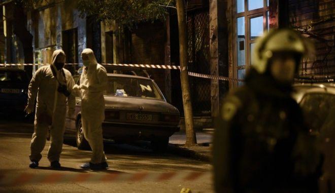 Άνδρες της ΕΛ.ΑΣ έξω από τα γραφεία του ΠΑΣΟΚ, στην οδό Χαριλάου Τρικούπη, έπειτα από την επίθεση κατά πάσα πιθανότητα με αυτόματο όπλο το βράδυ της Δευτέρας 6 Νοεμβρίου 2017. Σύμφωνα με πληροφορίες, σημειώθηκαν 4-5 πυροβολισμοί, ενώ μέσα στο κτήριο βρίσκονταν 30 άνθρωποι. (EUROKINISSI/ΤΑΤΙΑΝΑ ΜΠΟΛΑΡΗ)