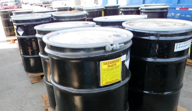 Απομακρύνονται επικίνδυνα τοξικά απόβλητα από εργοστάσιο