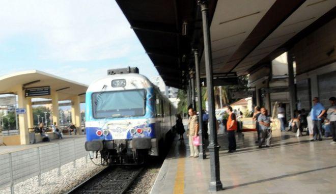 Επιβάτες στριμώχνονται στο τρένο του ΟΣΕ που πραγματοποιεί το δρομολόγιο Αθήνα-Χαλκίδα στον σταθμό Λαρίσης, Τετάρτη 22 Σεπτεμβρίου 2010, εξαιτίας της πεντάωρης στάσης εργασίας των σιδηροδρομικών για το νομοσχέδιο της κυβέρνησης σχετικά με την αναδιοργάνωση και ανάπτυξη του ΟΣΕ. (EUROKINISSI // ΔΙΟΝΥΣΗΣ ΠΑΤΕΡΑΚΗΣ)