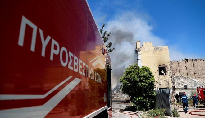 Φωτιά σε εγκαταλελειμμένο κτίριο στο Πειραιά