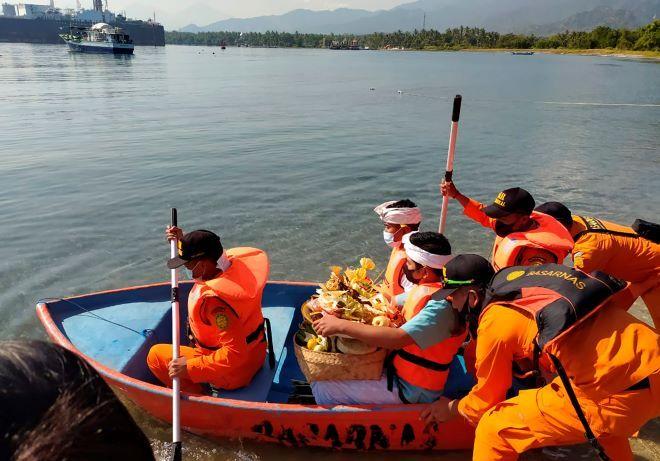 Άτομα αναζητούν το υποβρύχιο του Ινδονησιακού Ναυτικού KRI Nanggala