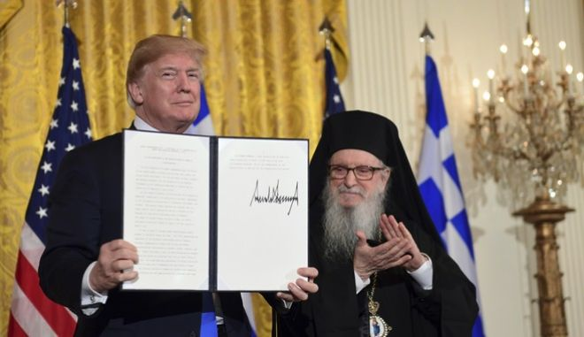 Ο πρόεδρος των ΗΠΑ Ντόναλντ Τραμπ μαζί με τον Αρχιεπίσκοπο Αμερικής Δημήτριο, στην εκδήλωση για τον εορτασμό της 25ης Μαρτίου στο Λευκό Οίκο (AP Photo/Susan Walsh)