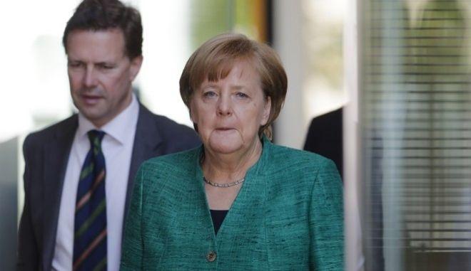 Ο κυβερνητικός εκπρόσωπος Στέφεν Ζάιμπερτ και η Άνγκελα Μέρκελ
